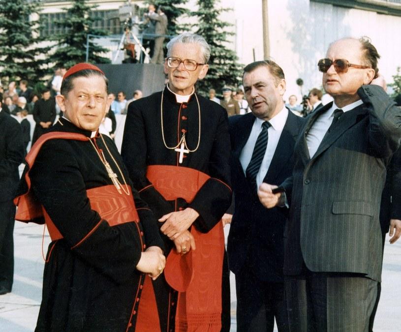 Kardynał Józef Glemp, kard. Macharski, premier Messner, Wojciech Jaruzelski podczas pożegnania papieża Jana Pawła II na lotnisku (1987 rok) /Jan Morek /Agencja FORUM