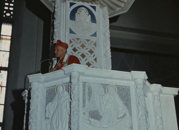 Kardynał Karol Wojtyła na ambonie podczas wygłaszania kazania /Z archiwum Narodowego Archiwum Cyfrowego