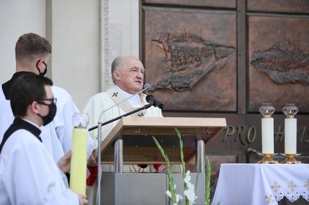 Kardynał Kazimierz Nycz podczas uroczystości Bożego Ciała w Warszawie /Leszek Szymański /PAP