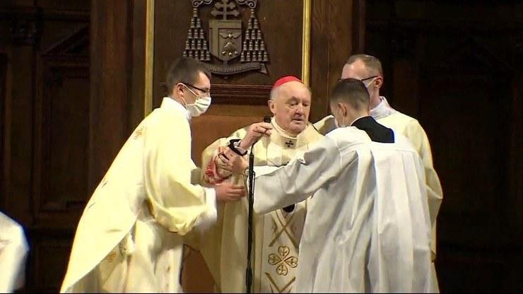 Kardynał Nycz zasłabł podczas mszy w Wielki Czwartek /Polsat News