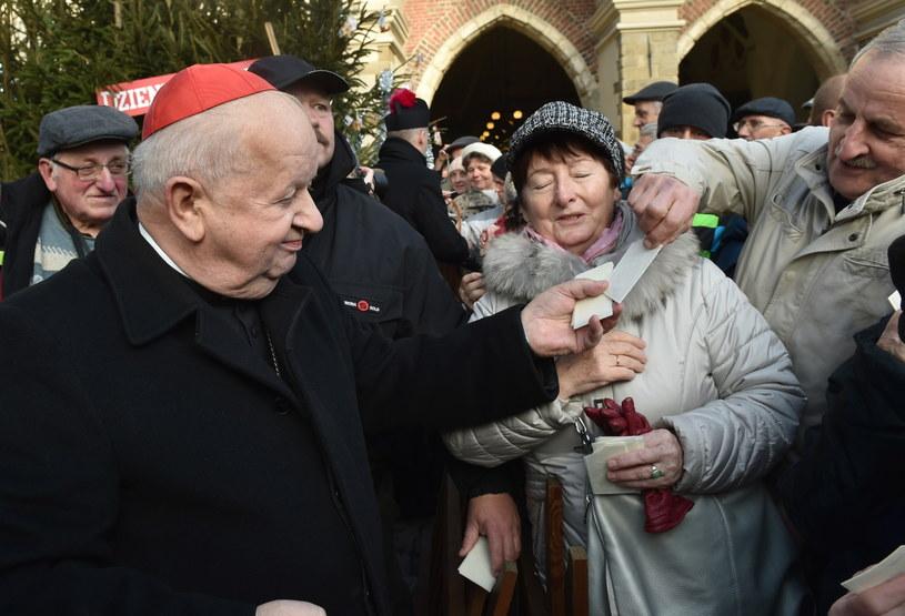 Kardynał Stanisław Dziwisz na krakowskim rynku /Jacek Bednarczyk /PAP