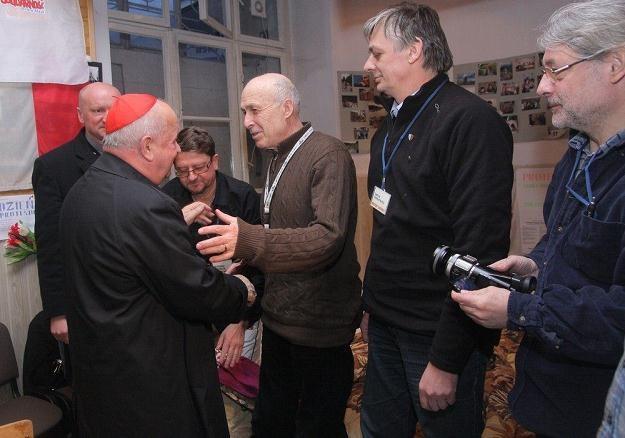 Kardynał Stanisław Dziwisz z głodującymi/fot. D. Klamka /East News
