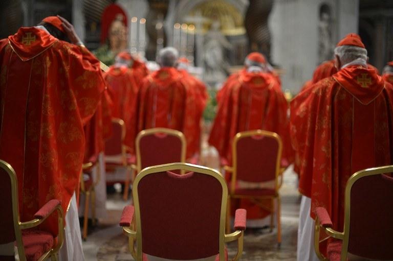 Kardynałowie podczas mszy rozpoczynającej konklawe /AFP