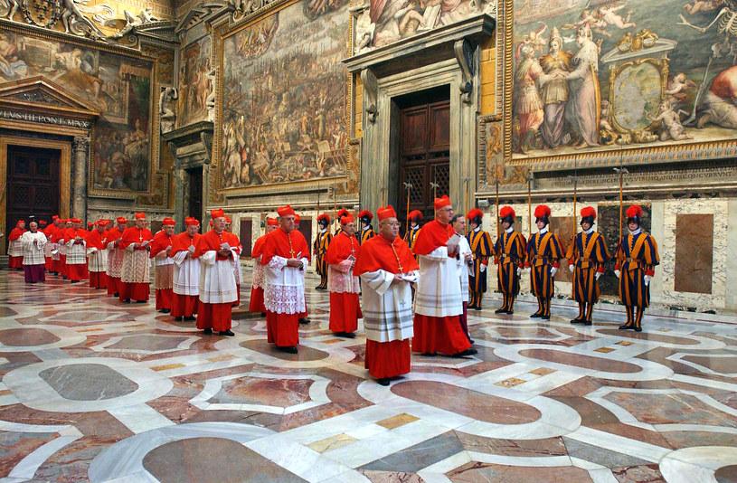 Kardynałowie wchodzący do Kaplicy Sykstyńskiej na konklawe, 18 kwietnia 2005 /OSSERVATORE ROMANO  /AFP