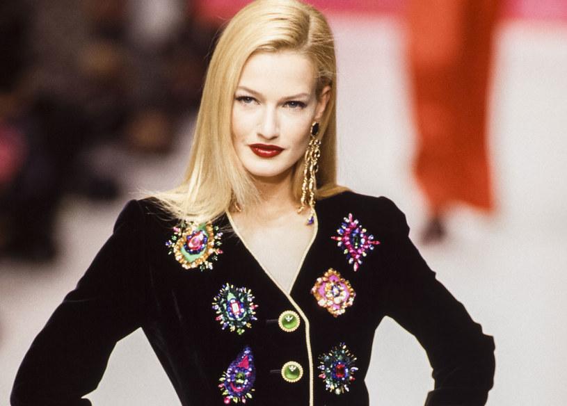 Karen Mulder podczas pokazu Yves Saint-Laurent w 1995 roku /Getty Images