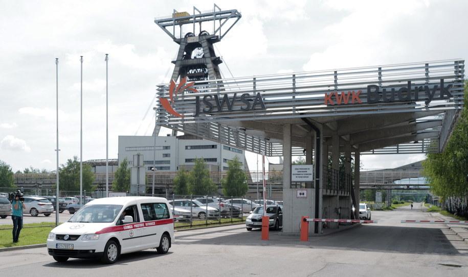 Karetka Górniczego Pogotowia Ratowniczego przed siedzibą kopalni Budryk w Ornontowicach / Andrzej Grygiel    /PAP