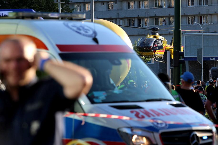 Karetka i śmigłowiec LPR na miejscu wypadku / Andrzej Grygiel    /PAP