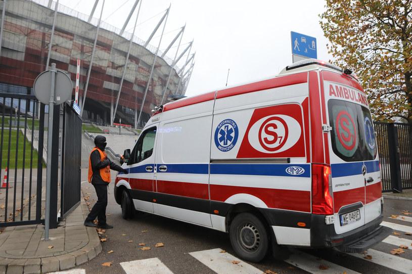 Karetka pod szpitalem na Stadionie Narodowym /Tomasz Jastrzebowski/REPORTER /Reporter