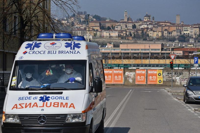 Karetka pogotowia na opustoszałych ulicach Bergamo /FILIPPO VENEZIA /PAP/EPA