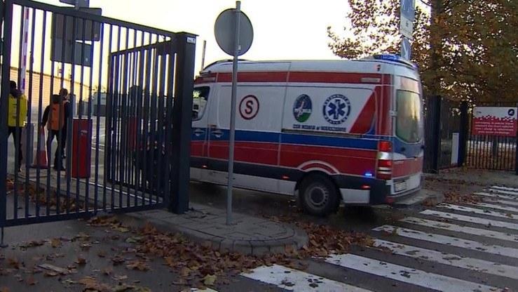 Karetka pogotowia wjeżdża na teren szpitala tymczasowego na Stadionie Narodowym /Polsat News