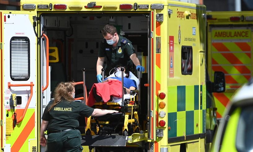 Karetka przed Royal London Hospital w Londynie /ANDY RAIN /PAP/EPA
