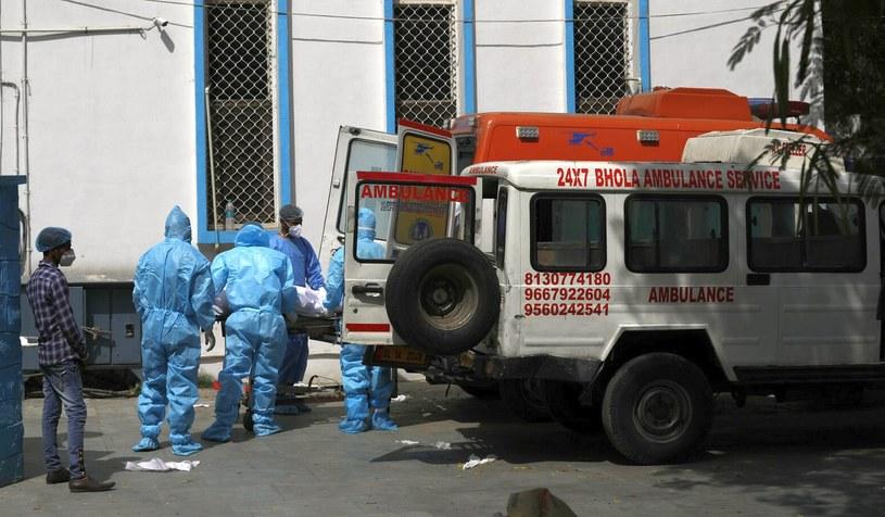 Karetka przed szpitalem w New Delhi (zdjęcie ilustracyjne) /AP /East News