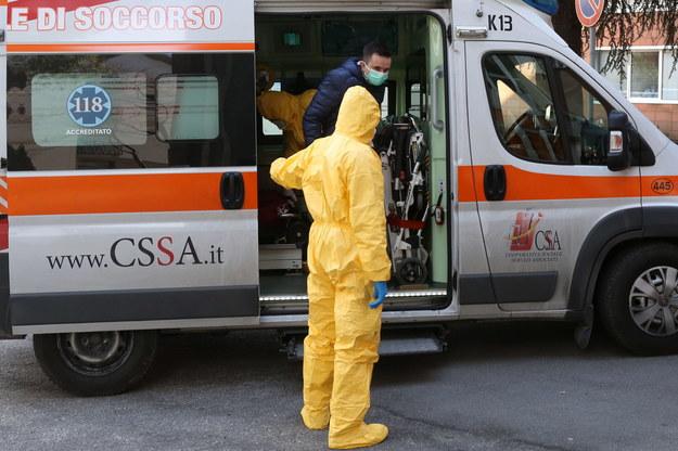 Karetka przed szpitalem w Padwie /NICOLA FOSSELLA /PAP/EPA