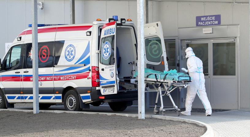Karetka przed Wojskowym Instytutem Medycznym, zdjęcie ilustracyjne /Piotr Molecki/East News /East News