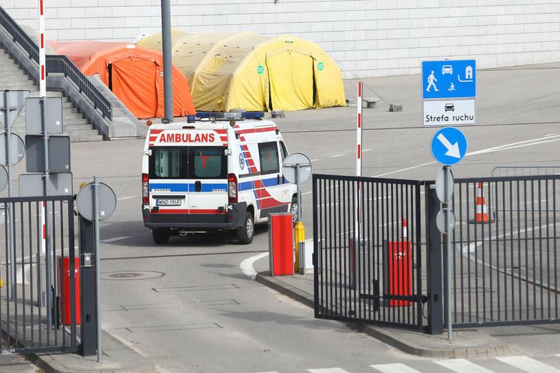 Karetka wjeżdża na teren Stadionu Narodowego, gdzie powstał podczas pandemii szpital tymczasowy /Fot Tomasz Jastrzebowski /Reporter