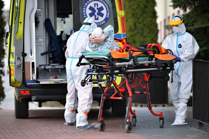 Karetka z pacjentem przed szpitalem tymczasowym na terenie Mazowieckiego Szpitala Wojewódzkiego w Siedlcach /Przemysław Piątkowski /PAP