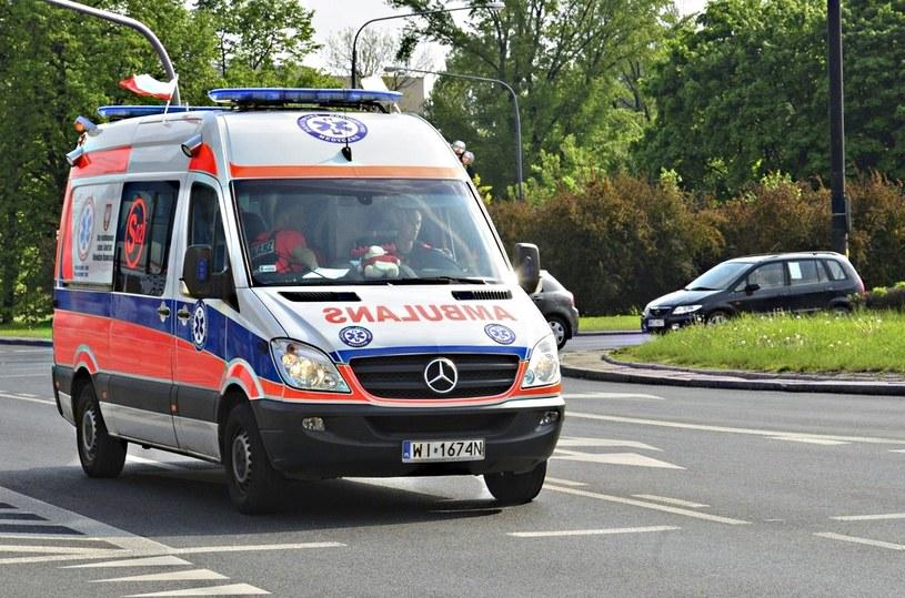 Karetka zamiast do najbliższego szpitala zawiezie pacjenta do rejonowego /Włodzimierz Wasyluk /East News