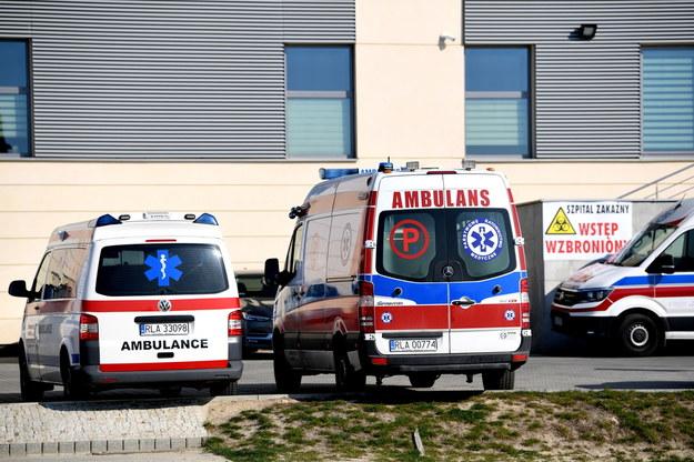 Karetki przed szpitalem jednoimiennym w Łańcucie /Darek Delmanowicz /PAP