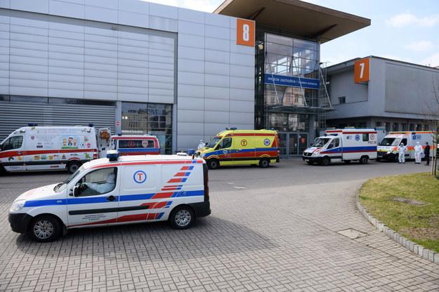 Karetki przed szpitalem tymczasowym w siedzibie Międzynarodowych Targów Poznańskich /Jakub Kaczmarzyk /PAP