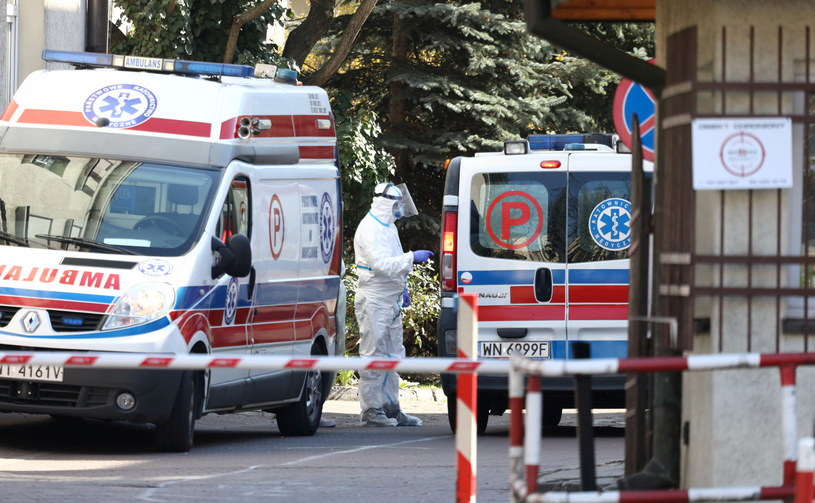 Karetki przed szpitalem w Warszawie, zdjęcie ilustracyjne /Piotr Molecki /East News