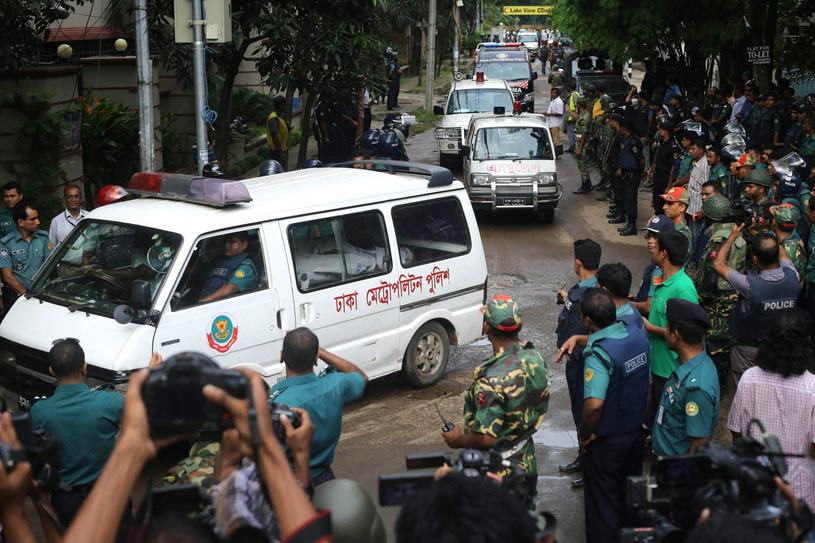 Karetki z ciałami ofiar ataku w restauracji w Dhace /PAP/EPA