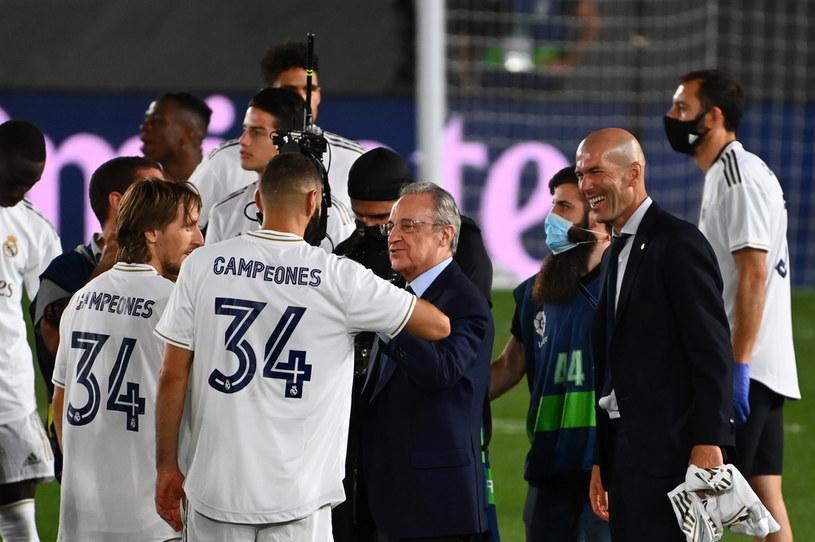 Karim Benzema i Florentino Perez podczas świętowania mistrzostwa Hiszpanii /GABRIEL BOUYS /AFP