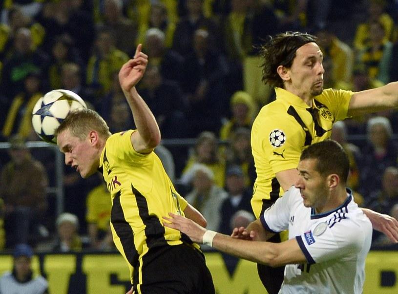 Karim Benzema (na biało) w pierwszym meczu nie mógł sobie poradzić z Sebastianem Kehlem i Nevena Suboticia. /AFP