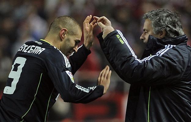 Karim Benzema odbiera gratulacje od Jose Mourinho po strzelonym golu. /AFP