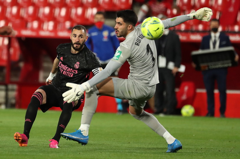 Karim Benzema strzela gola w meczu z Granadą /PAP/EPA