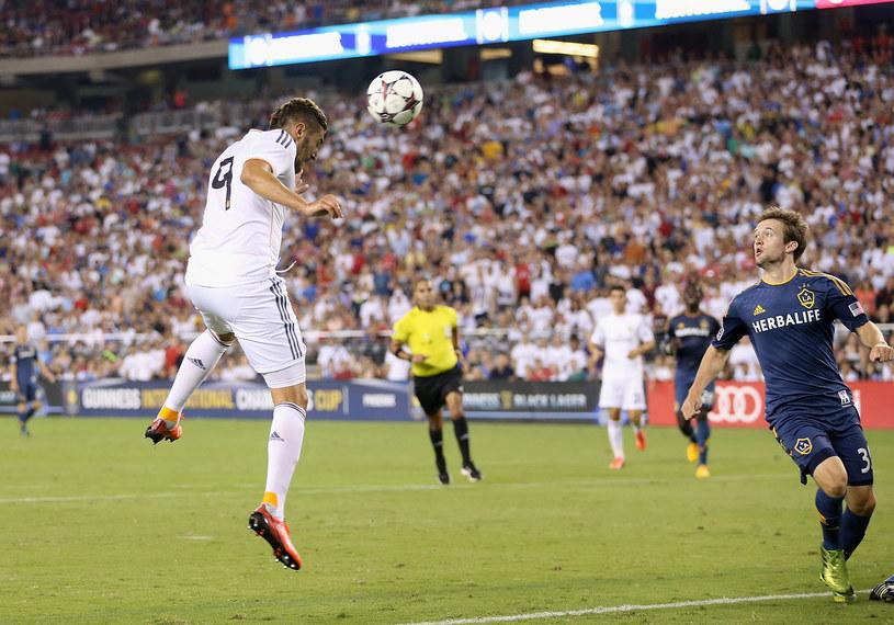 Karim Benzema strzela na bramkę w meczu z Galaxy /AFP