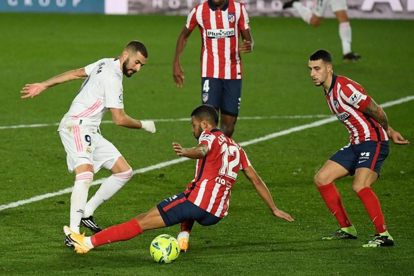 Karim Benzema w starciu z Renanem Lodim z Atletico /AFP