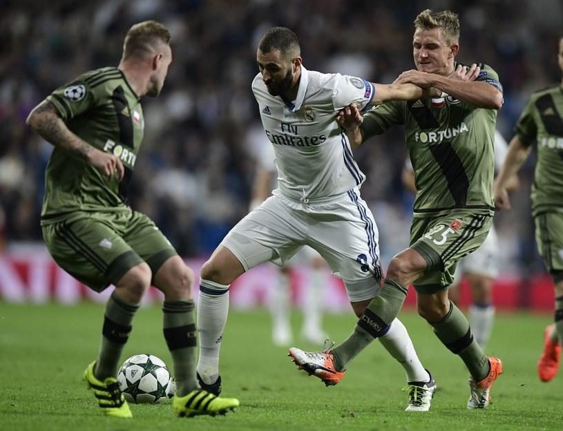 Karim Benzema z Realu (przy piłce) i Jakub Rzeźniczak nie usłyszą dopingu. /AFP