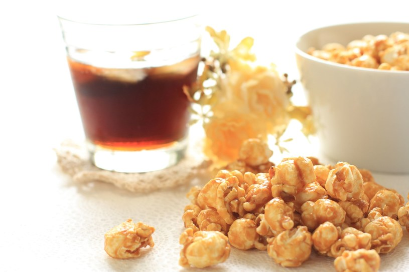 Karmelowy popcorn /123RF/PICSEL