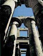 Karnak, kolumny papirusowe w sali hypostylowej światyni Amona /Encyklopedia Internautica