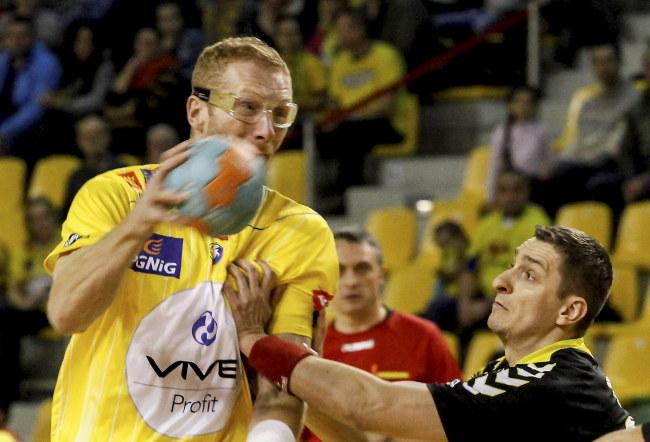 Karol Bielecki (z piłką) podczas meczu Vive Tauronu Kielce z Nielbą Wągrowiec /Michał Walczak /PAP