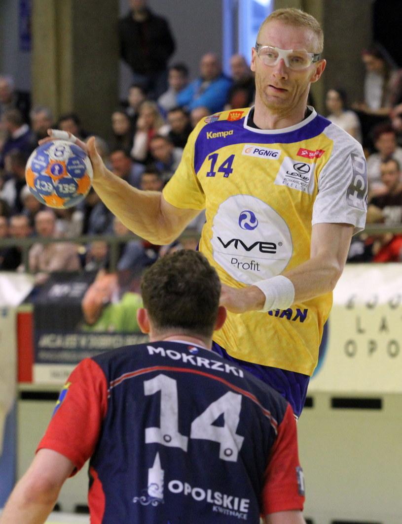 Karol Bielecki (z piłką) z Vive Tauronu Kielce /Krzysztof Świderski /PAP