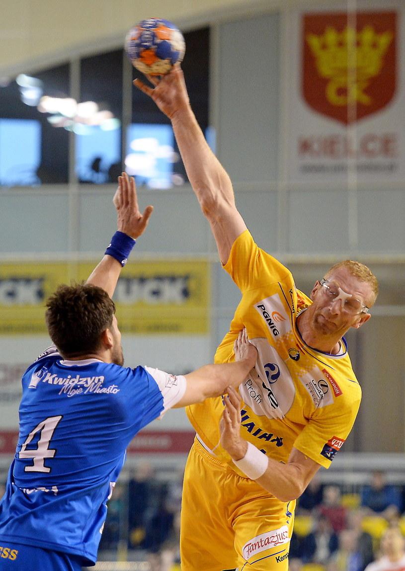 Karol Bielecki (z piłką) /Piotr Polak /PAP