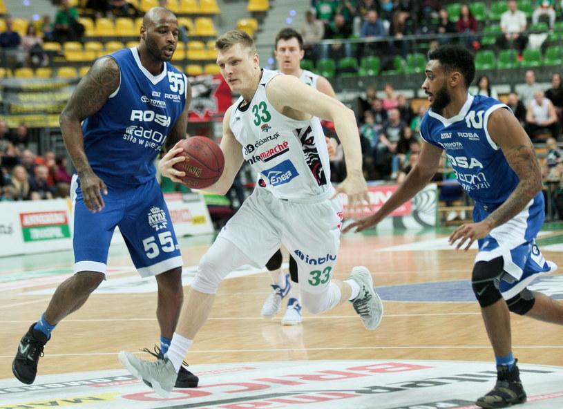 Karol Gruszecki (w środku) w pojedynku z koszykarzami Rosy /Lech Muszyński /PAP