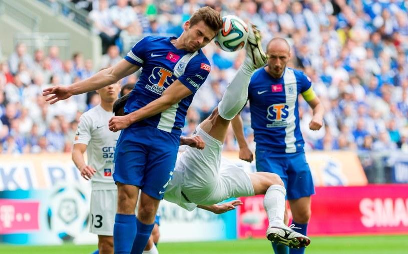 Karol Linetty (na pierwszym planie, niebieski strój) w meczu z Pogonią Szczecin /Jakub Kaczmarczyk /PAP
