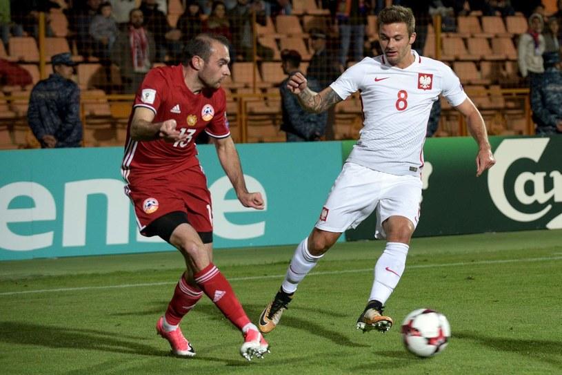 Karol Linetty podczas eliminacyjnego meczu z Armenią /AFP
