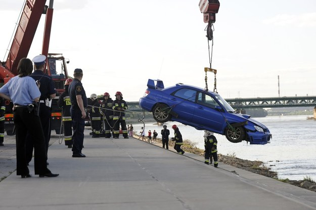 Karol miał więcej szczęścia niż ten kierowca, który wraz ze swoim subaru wpadł do Wisły /Fot. Robert Zalewski /East News