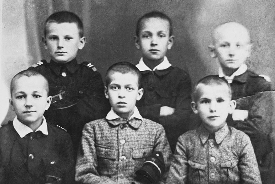 Karol Wojtyła (1 z lewej w górnym rzędzie) jako uczeń siedmioklasowej męskiej Szkoły Powszechnej im. Marcina Wadowity /PAI /PAP
