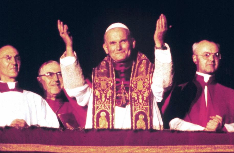 Karol Wojtyła tuż po tym, jak został wybrany przez konklawe na papieża. /ANSA FILES    /PAP/EPA