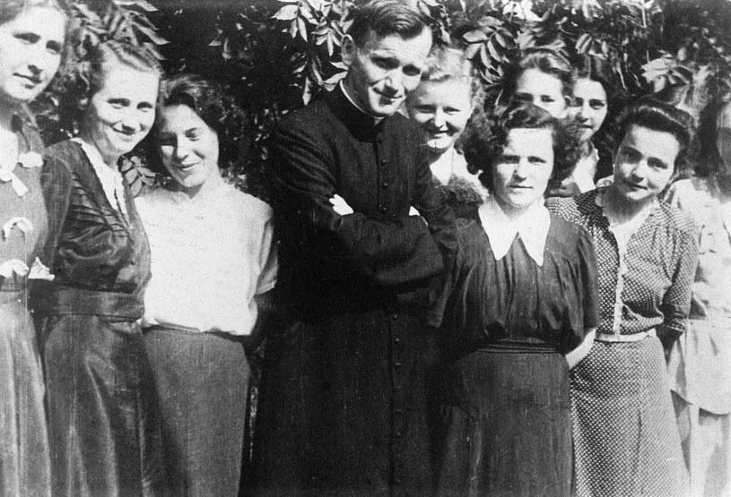 Karol Wojtyła z uczennicami koło kościoła św. Floriana w 1951 roku /Wojtek Laski /East News
