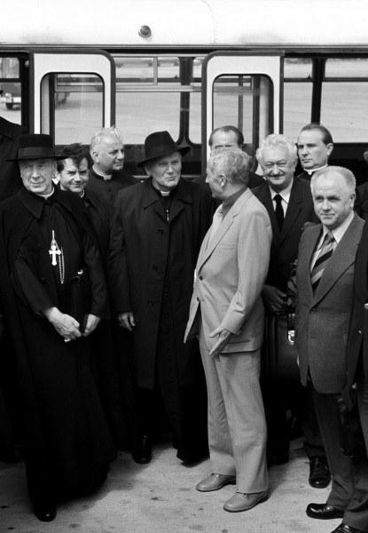 Kardynałowie Stefan Wyszyński i Karol Wojtyła na lotnisku Okęcie w Warszawie przed odlotem do Rzymu, 1978