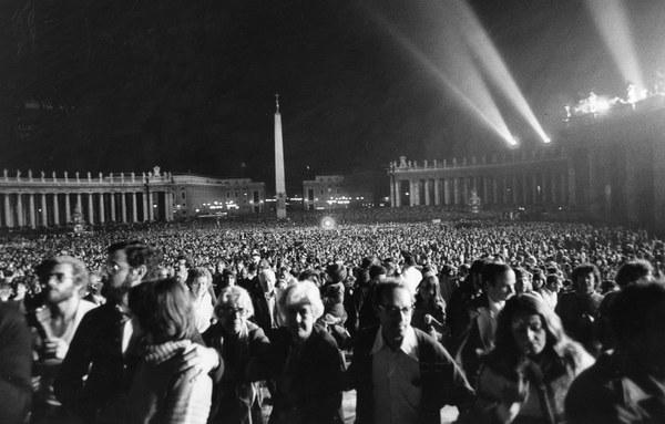 Wierni zgromadzeni na placu św. Piotra czekają na pojawienie się nowego papieża, 16.10.1978