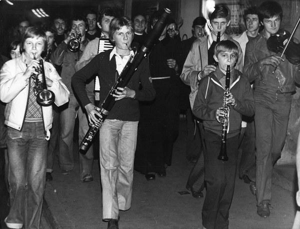 Wiadomość o wyborze kardynała Karola Wojtyły na papieża wywolala spontaniczną radość wśród mieszkanców Krakowa, którzy wyszli na ulice, 16.10.1978