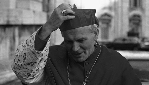 Kardynał Karol Wojtyła w drodze na spotkanie kardynałów, Watykan, 05.10.1978