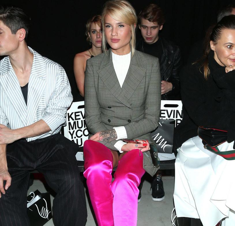 Karolina Gilon zestawiła żakiet z wysokimi butami /East News