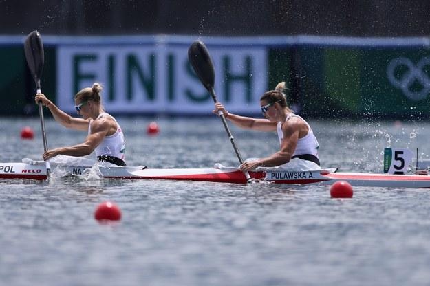 Karolina Naja (L) i Anna Puławska (P) w eliminacjach K-2 500 m podczas rywalizacji kajakarek / Leszek Szymański    /PAP